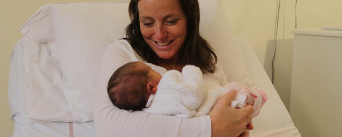 Une maman tenant son bébé dans ses bras à l'hopital maternité de ste foy lès Lyon