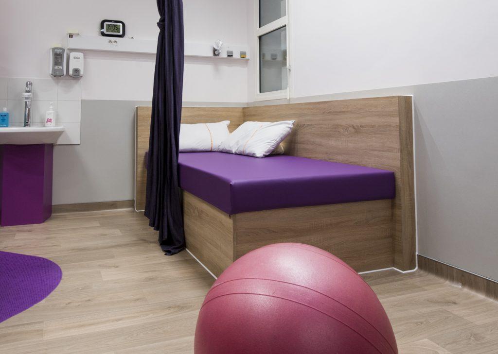Liane, banquette et ballon de la salle d'accouchement nature et physiologique de Ste foy lès Lyon